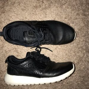 outlet store 4b044 1f215 Nike Roshe Run black leather size 7